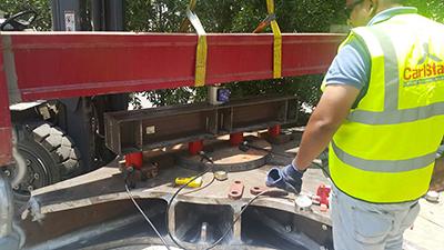 Die Klemme war flach auf dem Boden, über dem die vier Hydraulikzylinder 50t-Kapazität entlang eines Balkens positioniert wurden